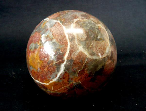 ジャスパーは、素朴ですがとても深い美しさを持つ石です。そして、大地が持つようなどっしりと落ち着いたエネルギーを持ちます。