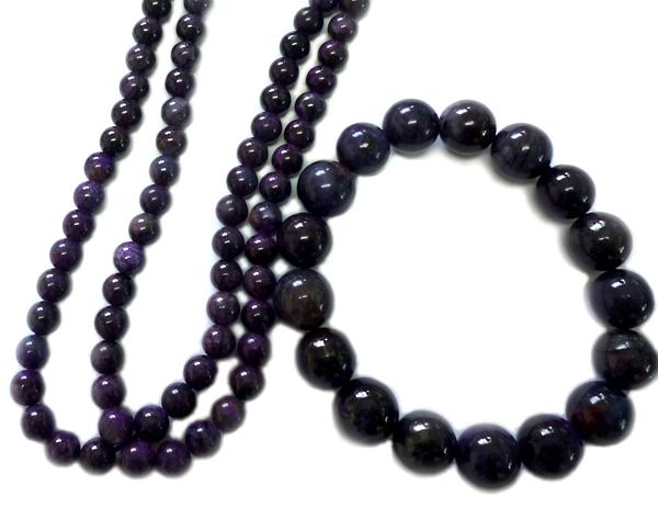 紫水晶のネックレスと、ブレスレットです。深い高貴な色合いをもち、穏やかな安らぎを与えてくれます。ネックレスは小さめの玉で作られています。