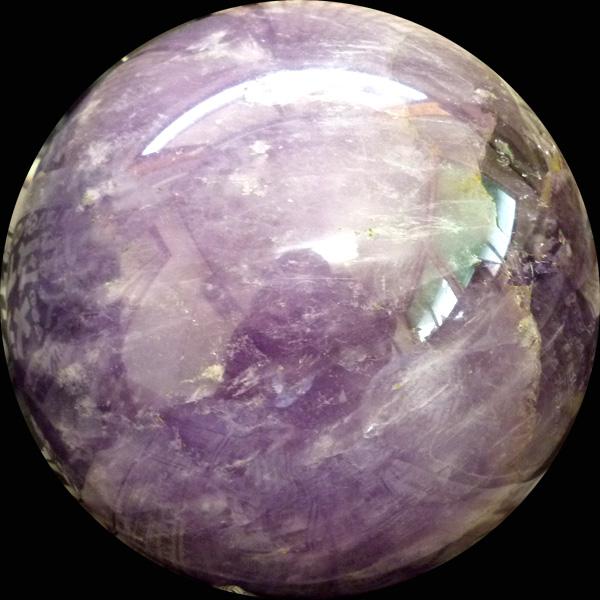 水晶の色変種の中でも、最高位に評価されている「紫水晶」。心に安らぎを与えてくれる力を持っていると言われています。